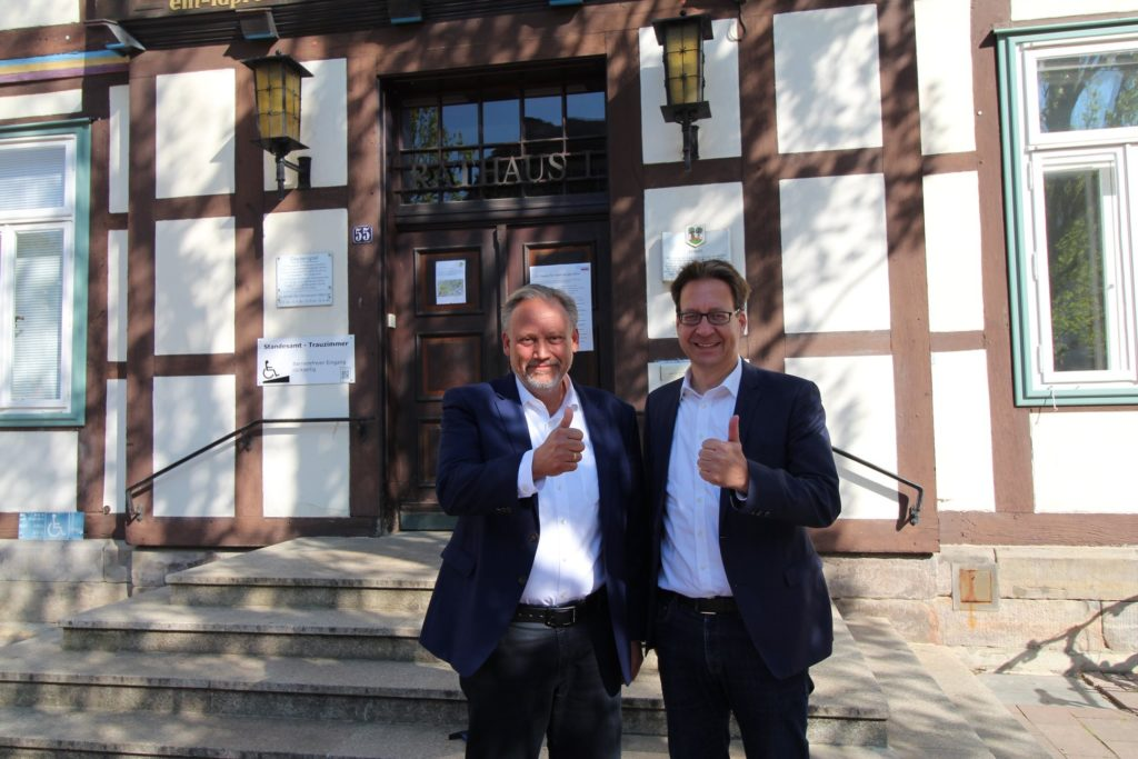 Bürgermeisterkandidat Dirk Schwerdtfeger (links) mit Dr. Stephan Birkner, dem Landesvorsitzenden der FDP Niedersachsen,(rechts) nach vollbrachter Aktion.